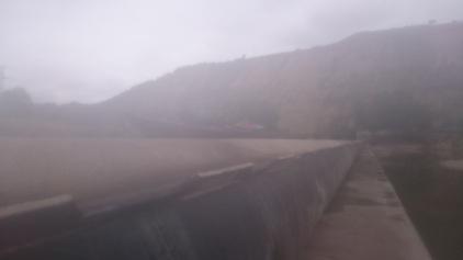 Le kayak sur le haut du barrage