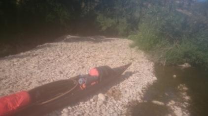 La tente était posée sur ce lit de gravier, quelques centimètres au dessus de l'eau