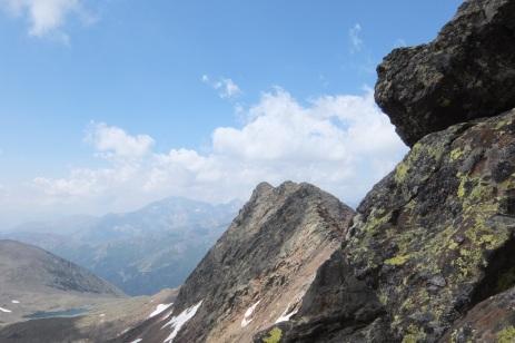 Gendarme à contourné, les sommets de la Pez en face