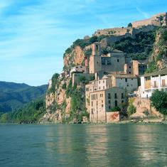 Nucleo-de-la-localidad-y-castillo-desde-