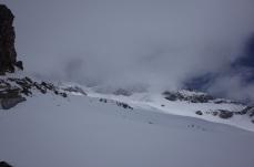 Vue depuis la Passe, les Frondella dans les nuages, il faut descendre pour attraper la pente ensoleillée