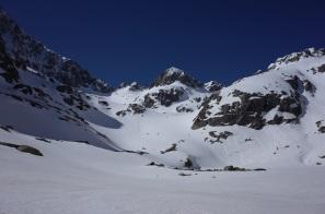 Col Noir tout à gauche, langue de neige un peu plus haute à sa droite: itinéraire conseillé au refuge, dissimulée à droite: Passe de la Barane