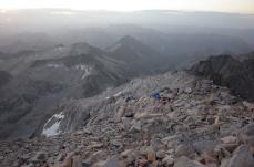 Au sommet de l'Aneto, sans bruit pour ne pas reveiller les dormeurs, vue d'où nous venons