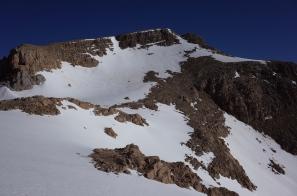Le couloir de neige de descente, bien visible presque au milieu en haut