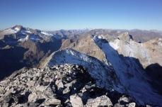 L'Hito Ouest puis la crête parcourue la veille, Posets à gauche et massif du Mont Perdu au fond au centre, à droite, le Vignemale